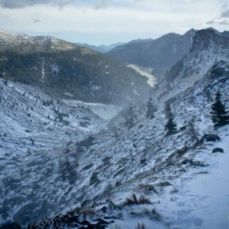 Ultimo tratto del percorso verso la forcella Coldosè, nella stretta valle sferzata dal vento che alzava mulinelli di neve - Catena del Lagorai