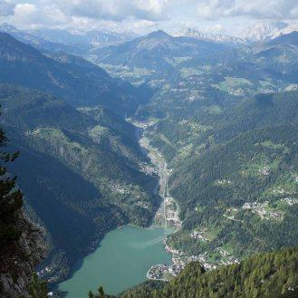 La vista vertiginosa sulla valle di Alleghe e il lago