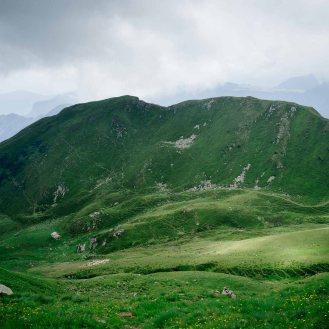 La conca verde con la Malga Folga sulla sinistra