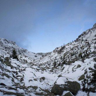 La valle pietrosa stretta tra il Cadinon e il Coltorondo che porta alla forcella Coldosè e all'omonimo bivacco