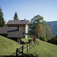 Stessa casera sotto cui abbiamo sostato l'inverno precedente con la neve - Sentiero 818 - Parco Dolomiti Bellunesi