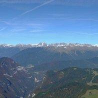 Vista panoramica dalla cima della Vallazza: da sinistra il Passo Broccon, la Cima d'Asta che svetta e la catena del Lagorai, fino alle Pale di San Martino e il Monte Pavione che chiude a destra - Parco delle Dolomiti Bellunesi