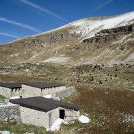 Le stalle di malga Monsampiano e il Monte Pavione dietro - Parco delle Dolomiti Bellunesi