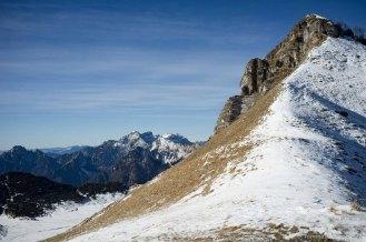 Sulla sella tra il monte Mondo e Punta Pale Rosse: in basso a sinistra i PIani Eterni - Parco Nazionale Dolomiti Bellunesi