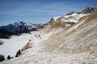 Scendendo dal Monte Mondo, in basso a sinistra i Piani Eterni - Parco Nazionale Dolomiti Bellunesi