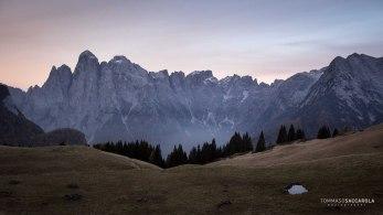 Lo spigolo Nord del monte Agner con le cime circostanti che si vedono dai pascoli della casera ai Doff