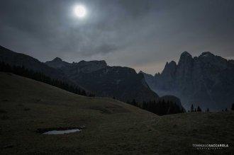 Visione notturna dalla casera ai Doff: lo spigolo Nord del monte Agner e delle cime circostanti sulla destra, e del monte San Lucano sulla sinistra