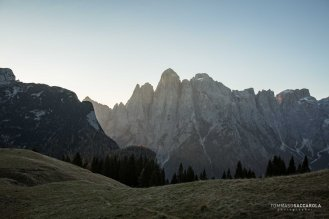 Al mattino: lo spigolo Nord del monte Agner e le cime circostanti che si vedono dai pascoli della casera ai Doff