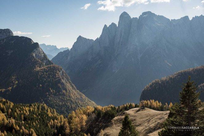 Il gruppo dell'Agner, in basso una piccola casera sulla spalla prativa che domina la sottostante Val di Reiane