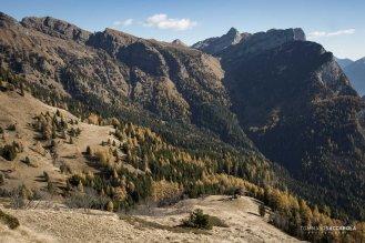 In basso a destra una piccola casera su una spalla prativa che domina la sottostante Val di Reiane, sullo sfondo la Val di Gardés chiusa a destra dal Monte San Lucano
