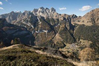 Il gruppo del Focobon e Vezzana, Pale di San Martino. In basso l'abitato di Garès