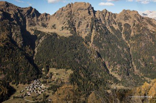 Il Cimon della Stia con l'abitato di Garés in basso. Ai limitari del bosco si vede la malga Stia.